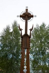 Еще один крест около входа